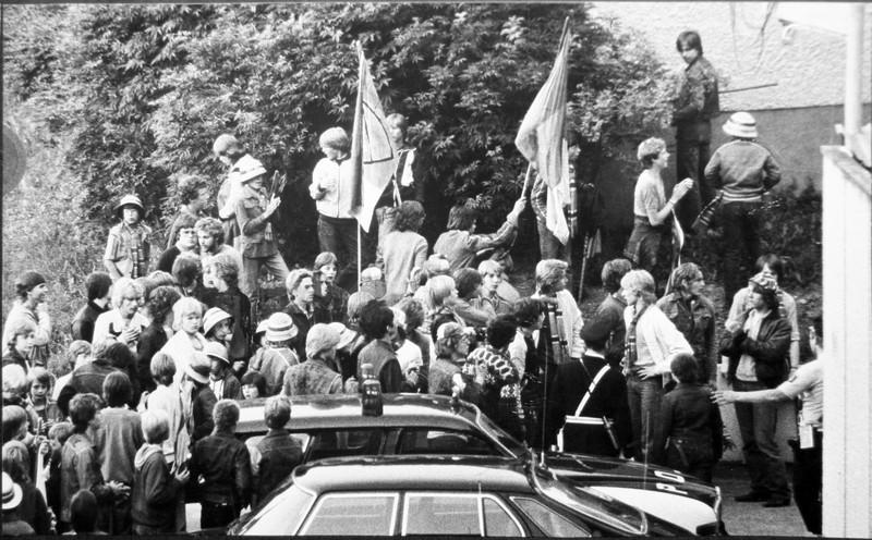 Delar av Djurgårdsklacken vid stormningen av polishuset i Solna 1979.