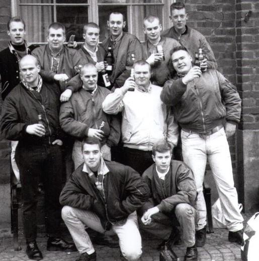 """Delar av """"DIF-skins"""" och vänner, tidigt 90-tal (Robert """"Pike"""" Kollberg längst till vänster på mellersta raden)."""
