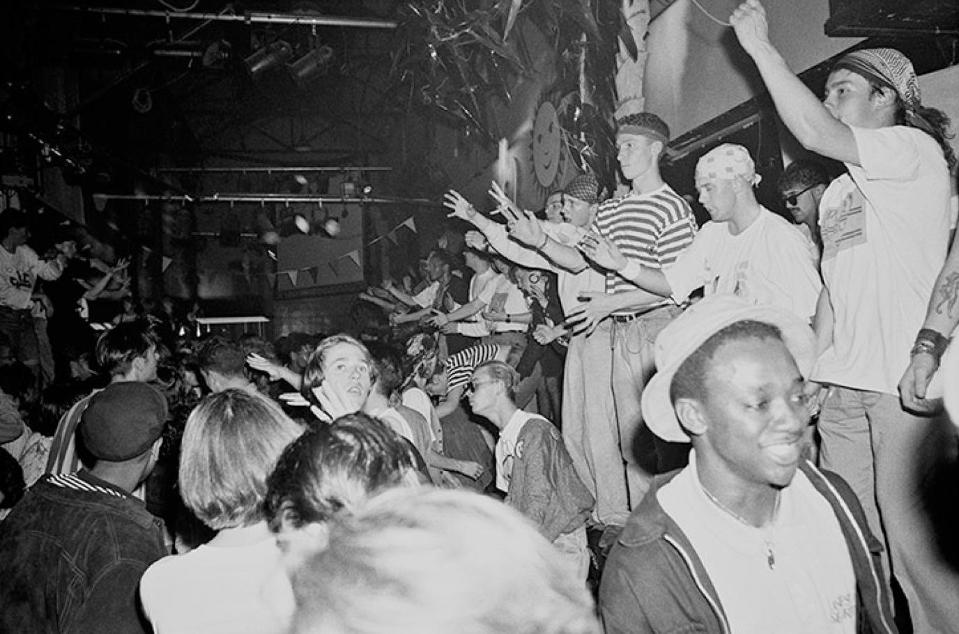 """Människor som dansar till """"Acid-house"""" på The Haçienda i Manchester."""