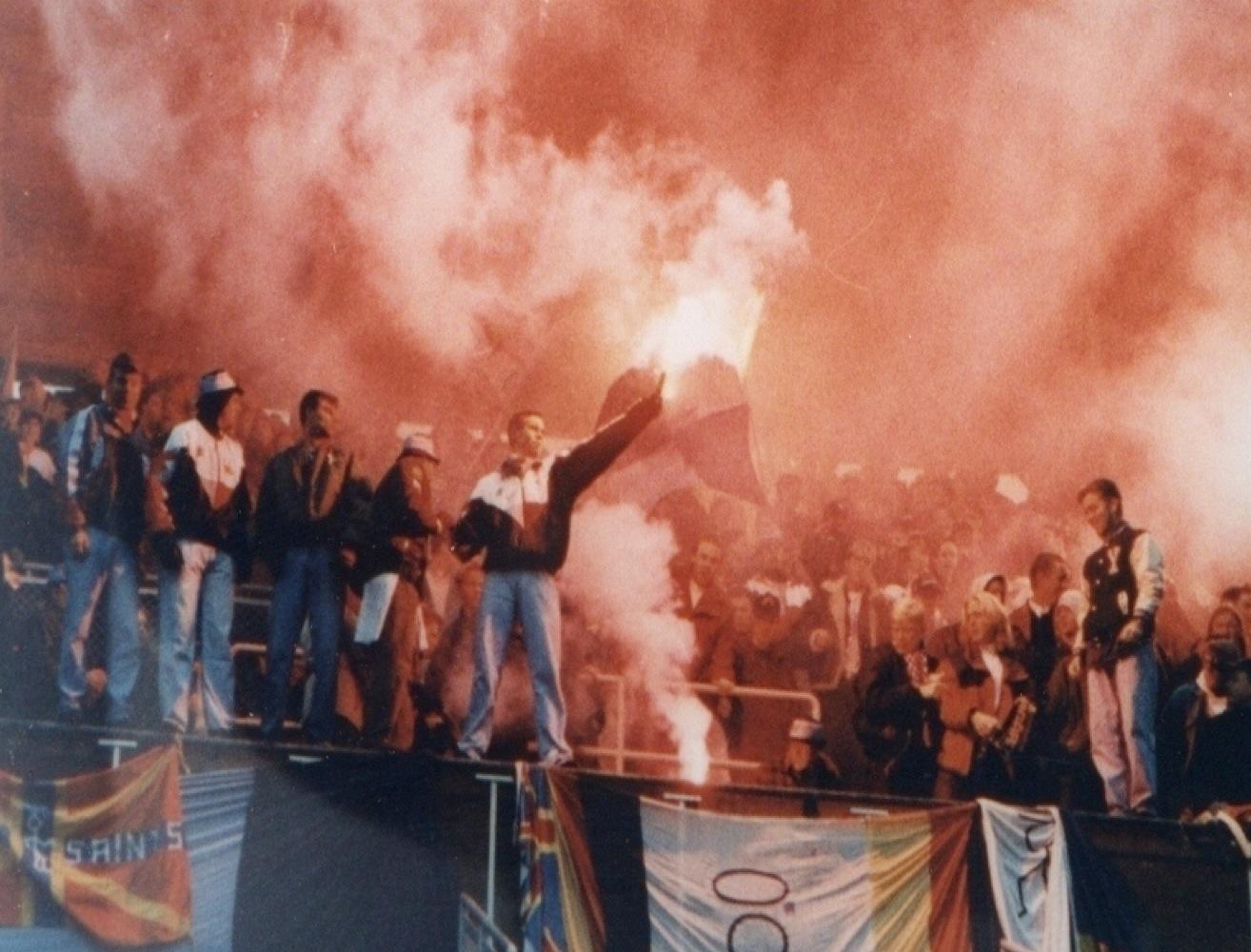 Casual-grabbar i klacken 92 iklädda den klassiska Umbro-jackan, baggy jeans och bucket hats.