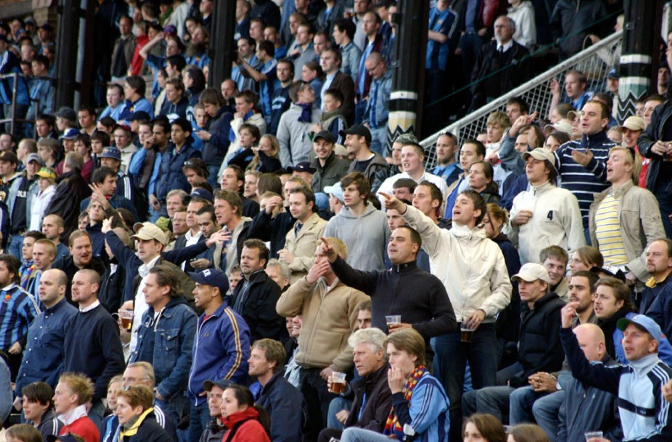 Många DIF-casuals på Sektion O bredvid klacken på Stadion (Helsingborg – DIF, cupen, 2006).