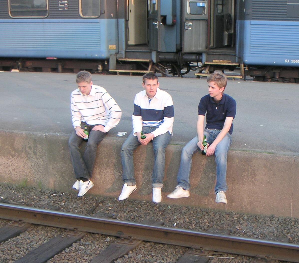 Unga DIF-casuals i vita trainers, på väg till Göteborg 2005.